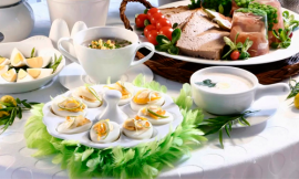 стола яйцами и овощами