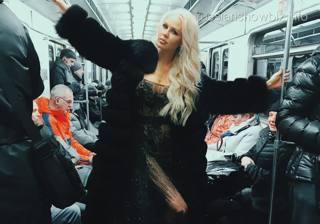 Шикарная длинноногая блондинка порно блондинка сквирт