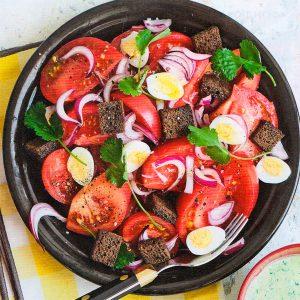 Весенний салат из помидоров с бородинскими гренками и зелёной заправкой