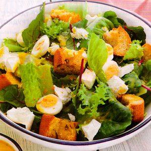Зелёный салат с гренками