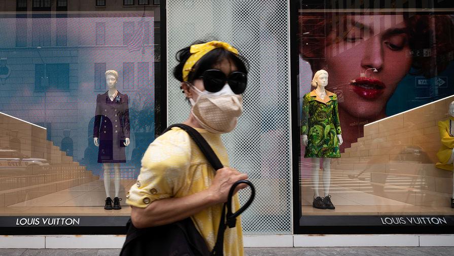 Louis Vuitton выпустил защитные щиты для лица за $960, пишет LADbible.
