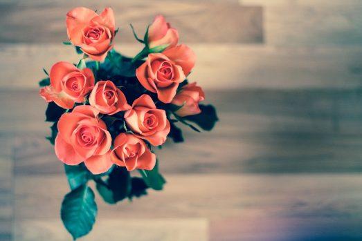 Как правильно выбрать свежие розы в магазине?