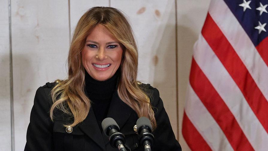 Первая леди США Меланья Трамп поучаствовала в церемонии доставки рождественской елки в Белый дом, пишет Daily Express.