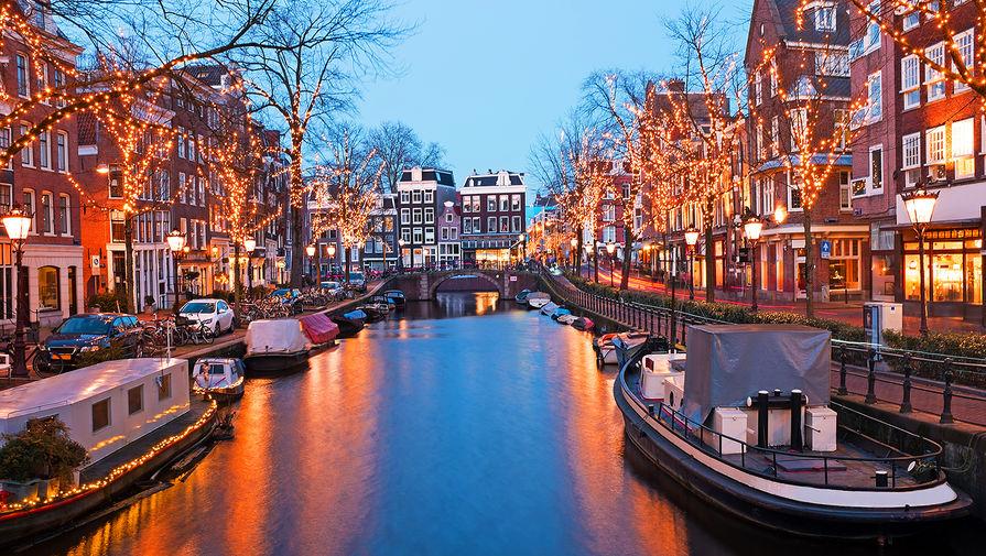 Власти Амстердама намерены запретить продажу туристам легких наркотиков, передает Nos.nl.