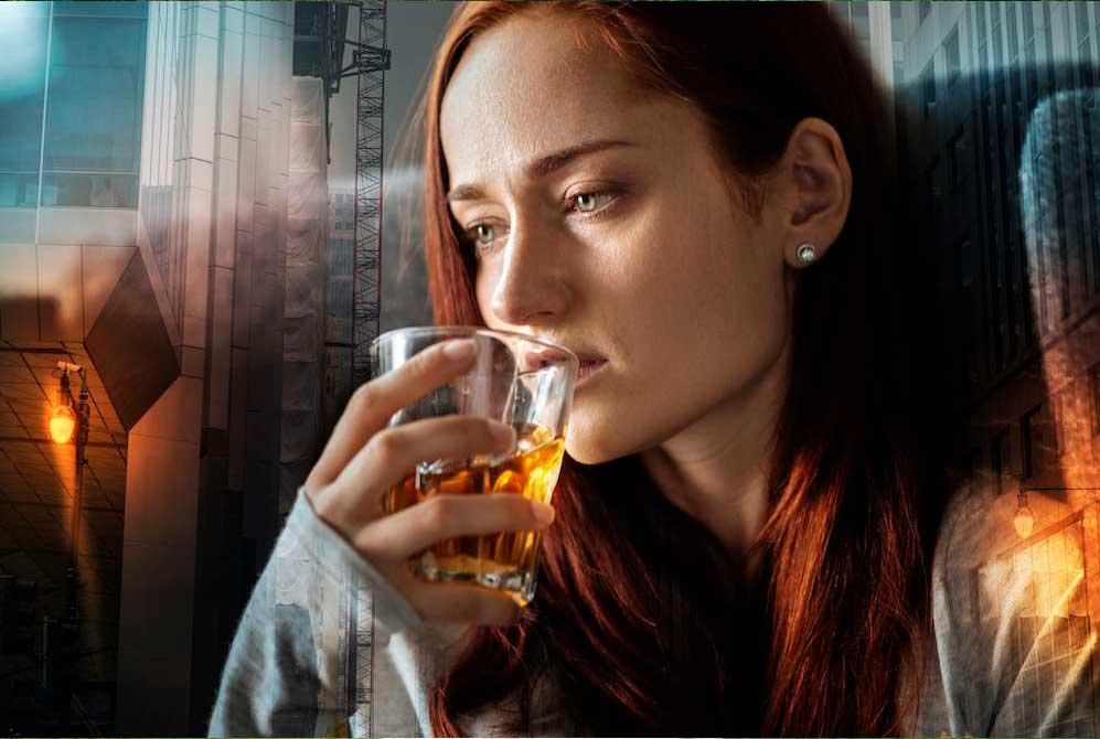 женщина пьёт