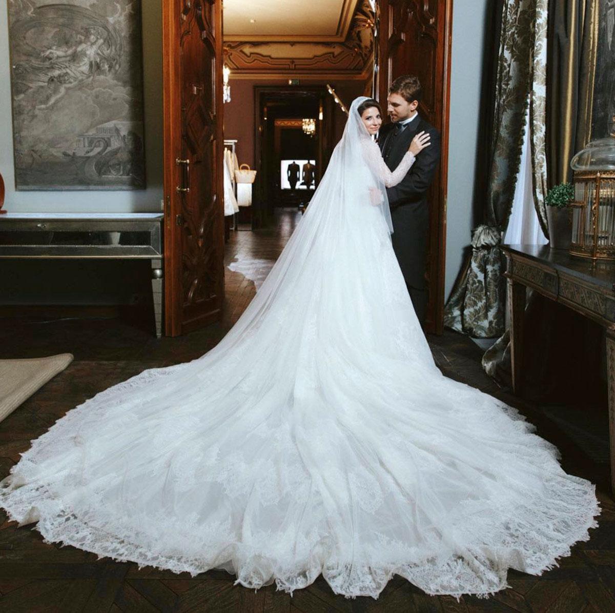 автором платья для Галины Юдашкиной стал ее папа Валентин. На подвенечный наряд ушло 44 метра ткани и больше 30 тысяч жемчужин.