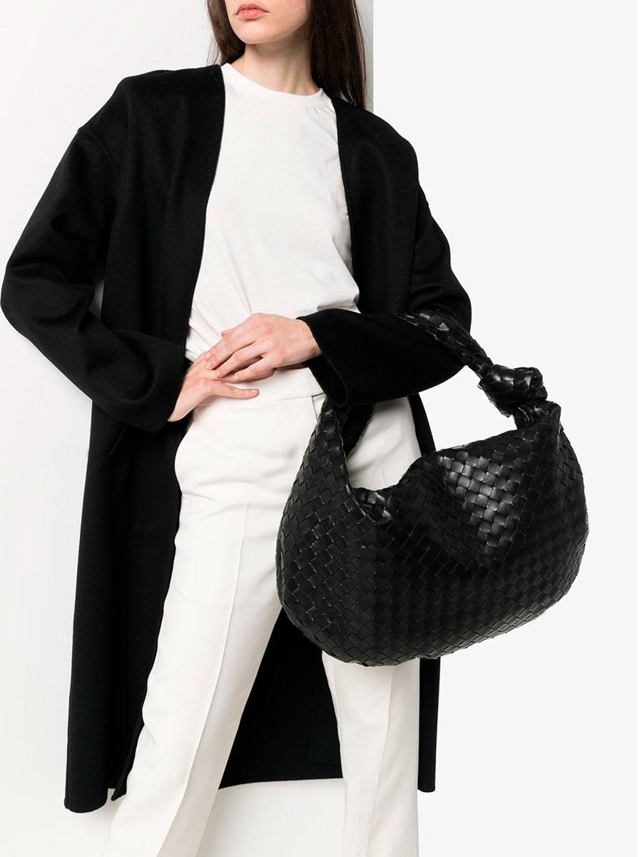 Сумки-хобо — модель в виде полумесяца и с длинным ремешком, в моду вернули тоже Bottega Veneta