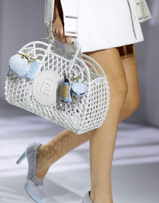 В моду вошли пластиковые сумки-корзины